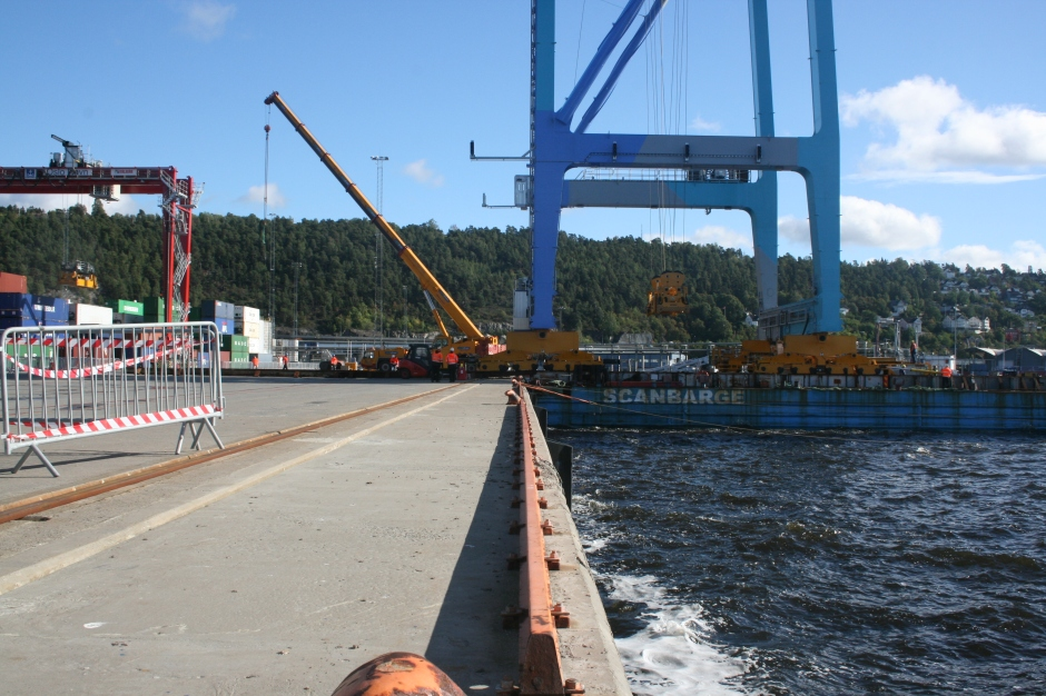 You can see the crane in the beginning of heading over the rail towards the quayside.